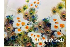 Софт белые цветы и перья павлина на розово-сиреневом фоне